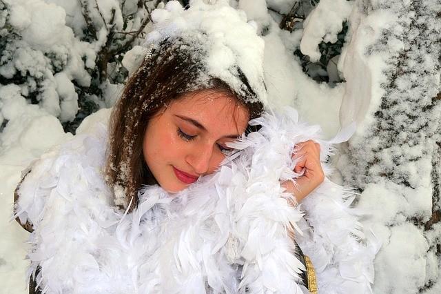 ผู้หญิง นอน หิมะ