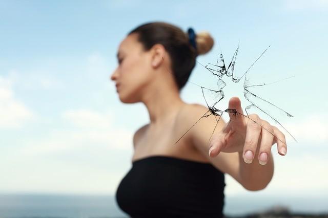 แตก แตกแยก แก้วแตก กระจกแตก ผู้หญิง