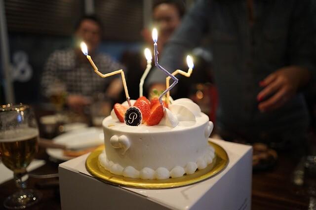 อบเค้กและกินเค้กเพื่อฉลองปีใหม่